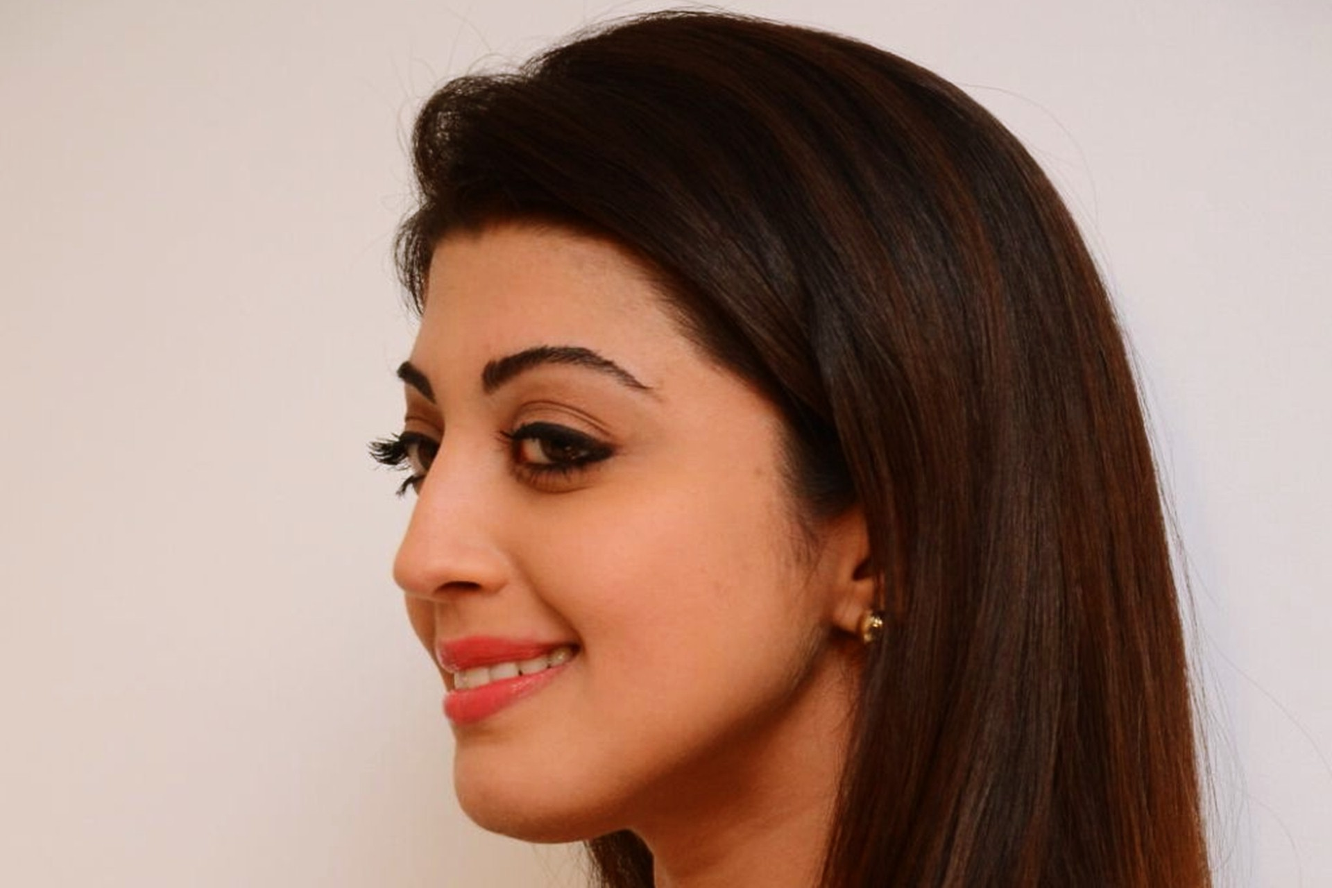 Pranitha Subhash 2016 Wallpaper 04239