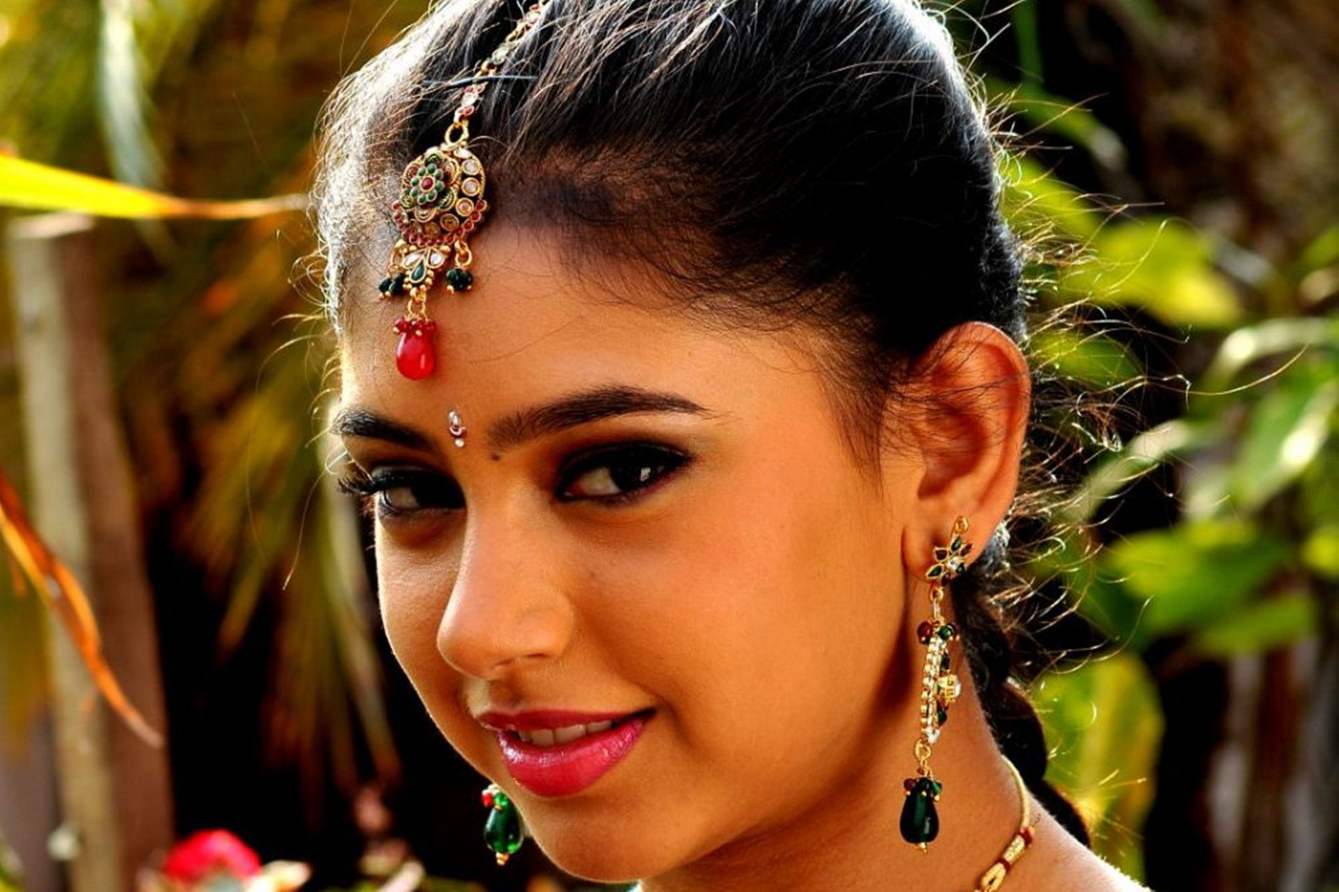 Niti Taylor Desktop Wallpaper 15250